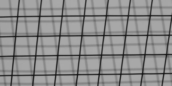 10.2 Doppelstabmattenzaun polen montage 2 - Ampanel.de