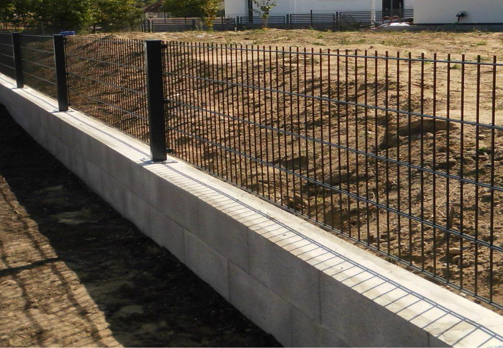 Doppelstabmattenzaun auf Betonsockel - Ampanel.de